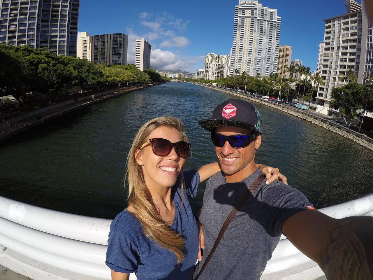 Taumata avec sa copine Leïna Thion qui est également une surfeuse qui fait des compétitions