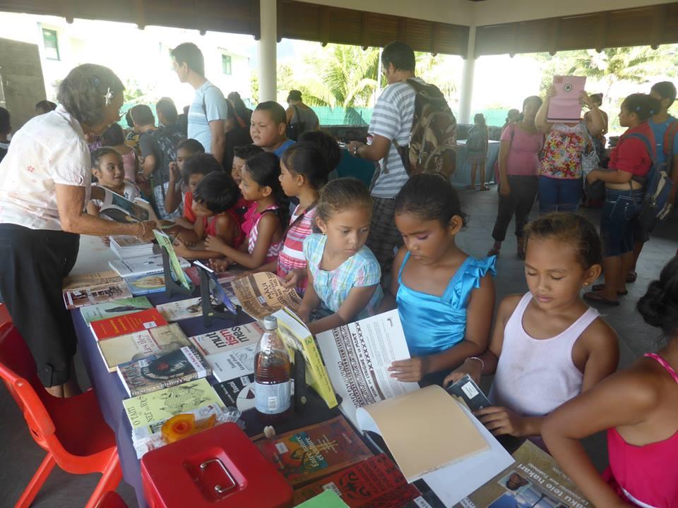 """Le salon a l'ambition de """"mettre les livres à la portée des publics et des lecteurs dans une île dépourvue de librairies et où l'accès au livre reste problématique"""", comme ici à Taravao."""