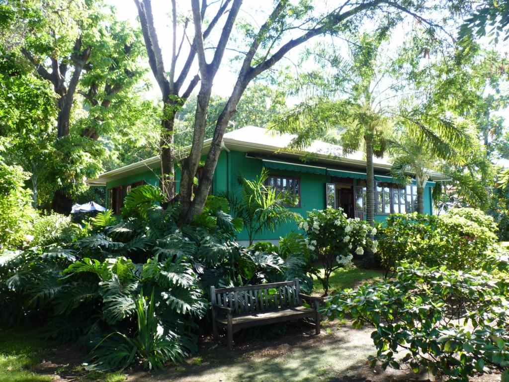 La maison Hall et son jardin, à Arue, sont classés monument historique depuis 1993. Le site a accueilli 6900 visiteurs en 2015.