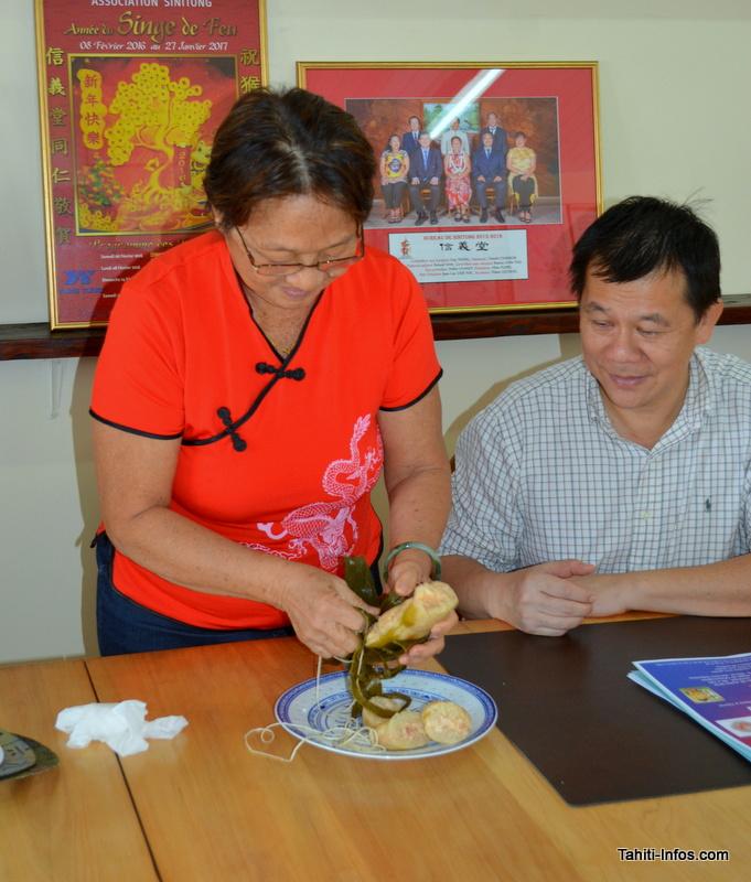Aline Flore fait une démonstration de la découpe du Tsoung. Le plat nécessite deux jours de préparation, dont huit heures de cuisson.