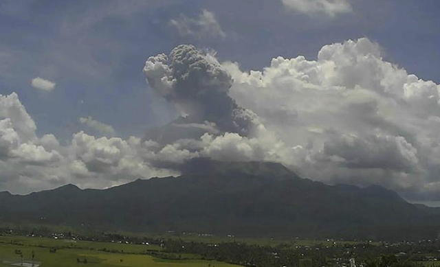 Un volcan philippin dégage une spectaculaire colonne de cendres