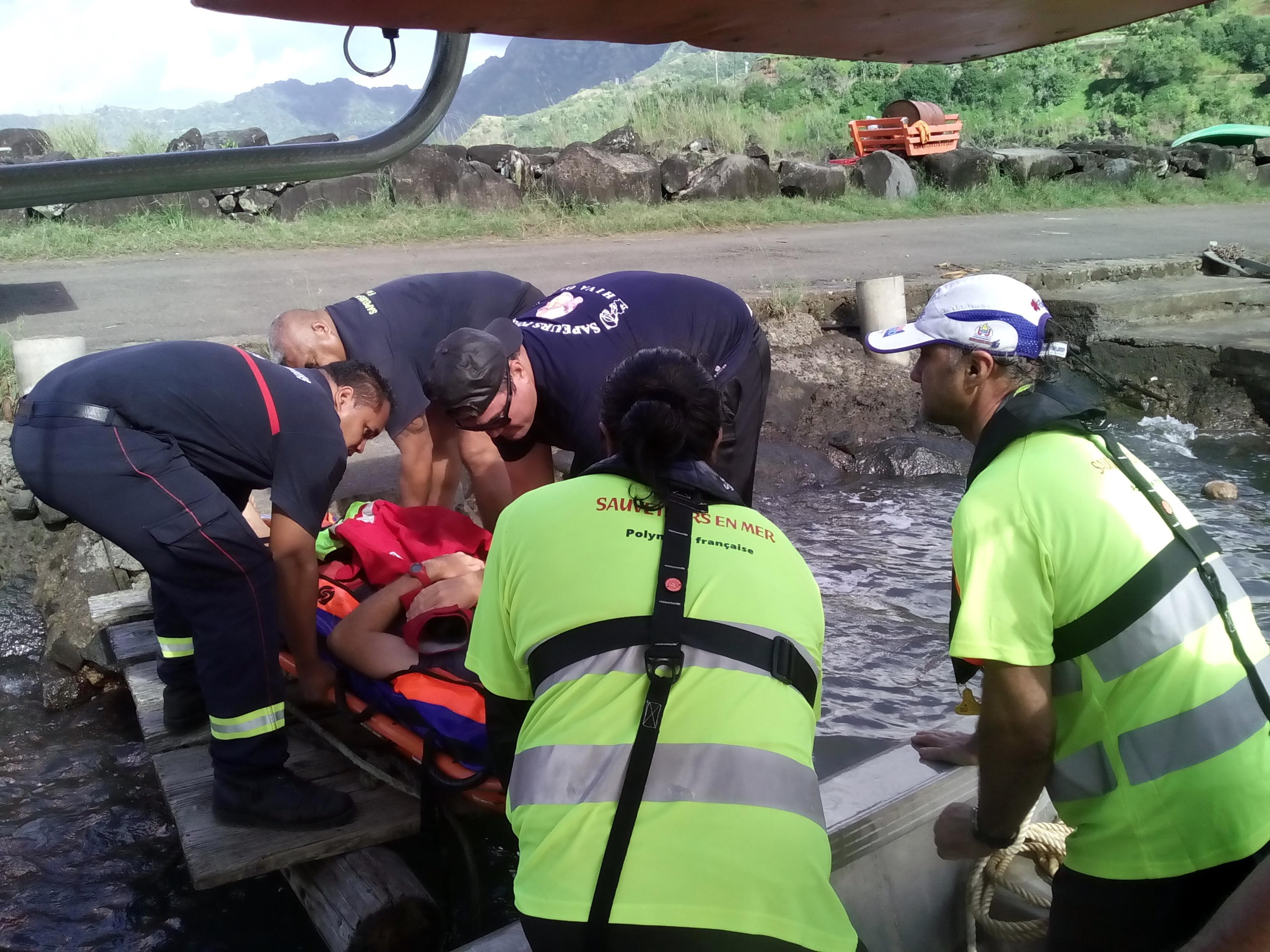 La personne souffrante a ensuite été prise en charge, à quai, par le véhicule de secours et d'assistance aux victimes (VSAV) des sapeurs-pompiers pour rejoindre le dispensaire d'Hiva Oa