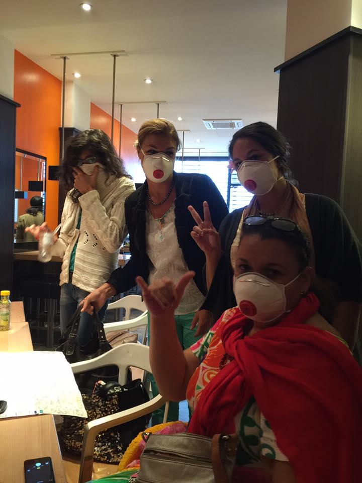 Pour se protéger du gaz lacrymogène, les Tahitiens ont dû porter un masque sur le visage.