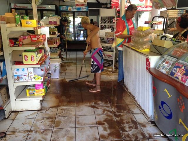Malgré l'inondation, le seul magasin de Tiarei a ouvert ses portes ce mardi matin
