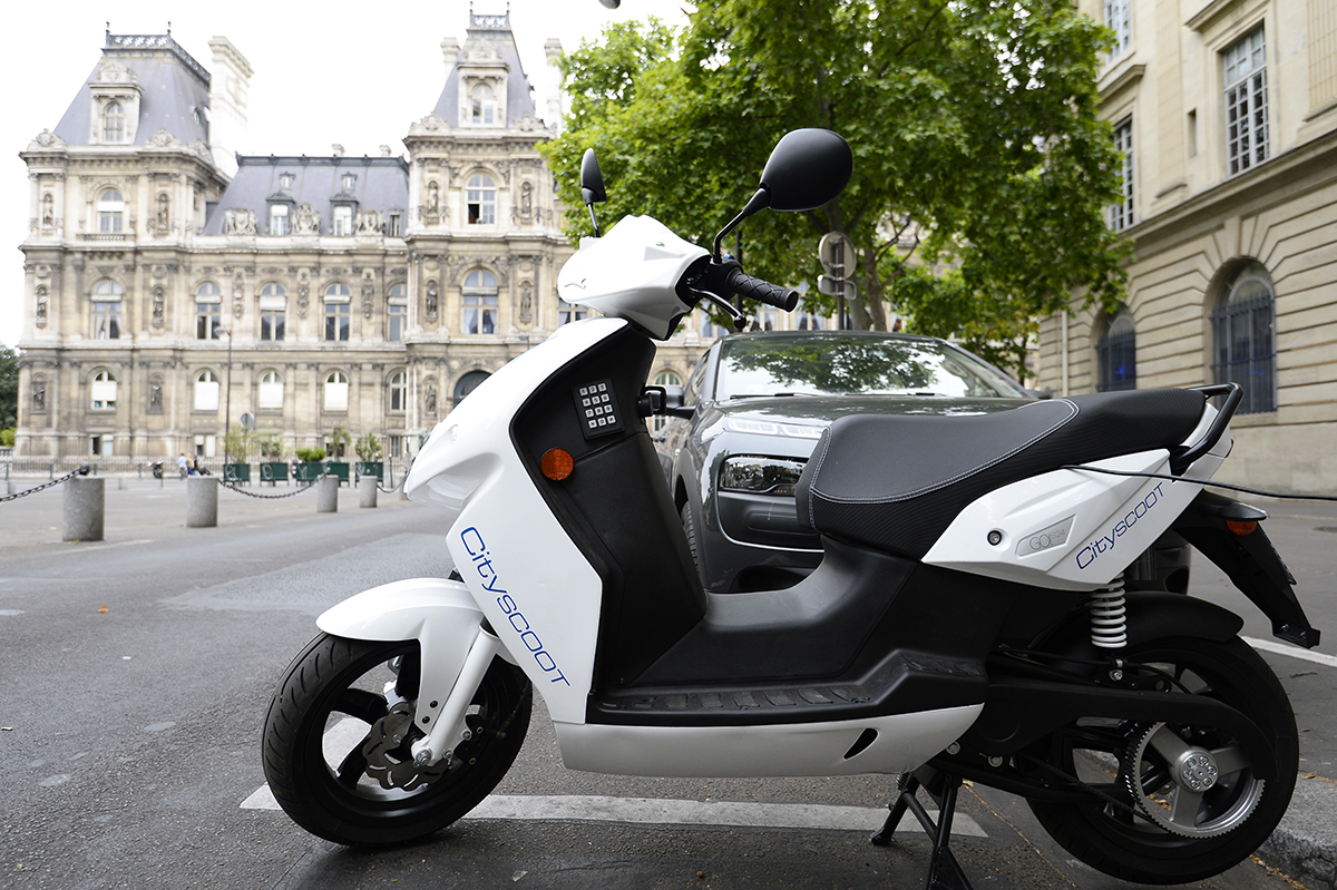les scooters lectriques en libre service d s mardi dans les rues de paris. Black Bedroom Furniture Sets. Home Design Ideas