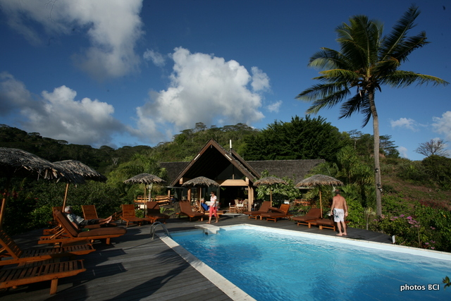 L'hôtel Hiva Oa Hanakee Pearl Lodge, avec sa piscine et son restaurant bar à l'arrière-plan.