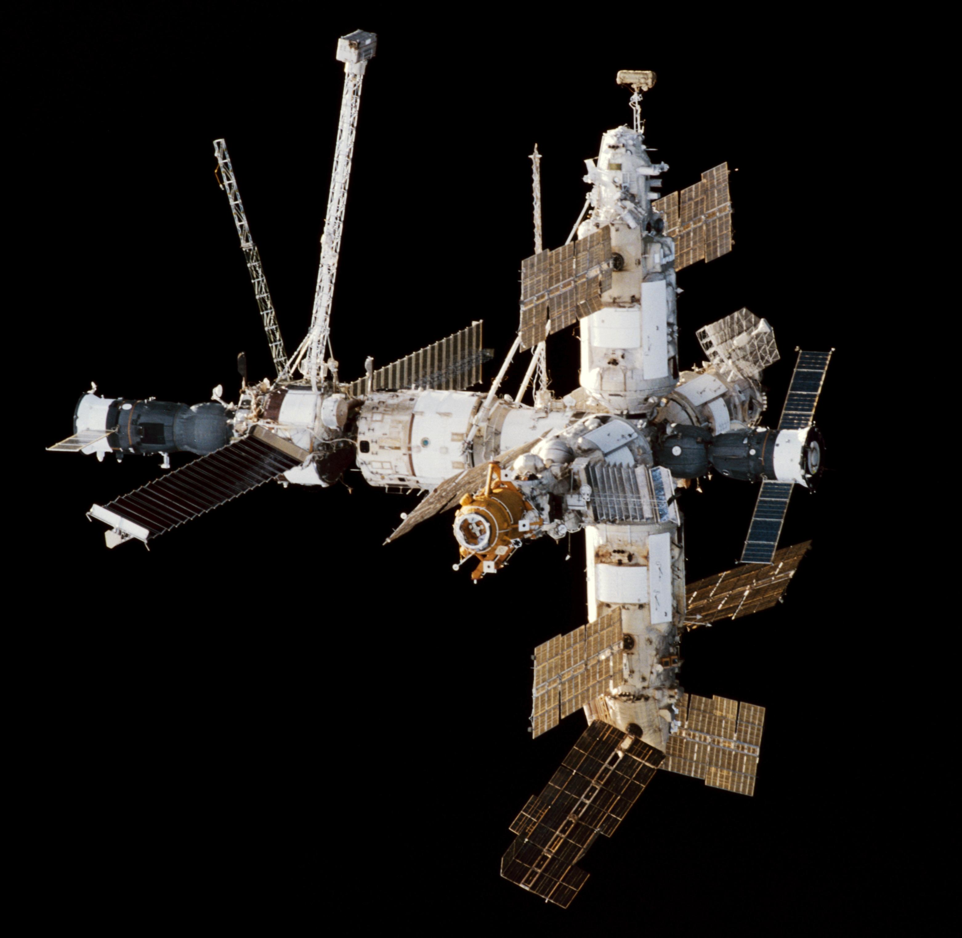 La station Mir est le plus célèbre occupant de ce cimetière spatial, qu'il a rejoint en 2001. (Crédit : NASA, photo prise le 9 février 1998 depuis par navette spatiale Endeavour)