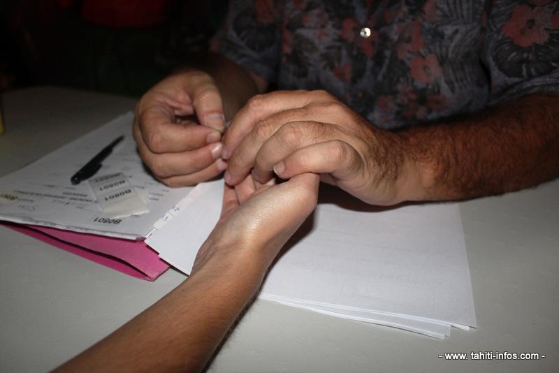 Pour le dépistage, une prise de sang au bout du doigt suffit.