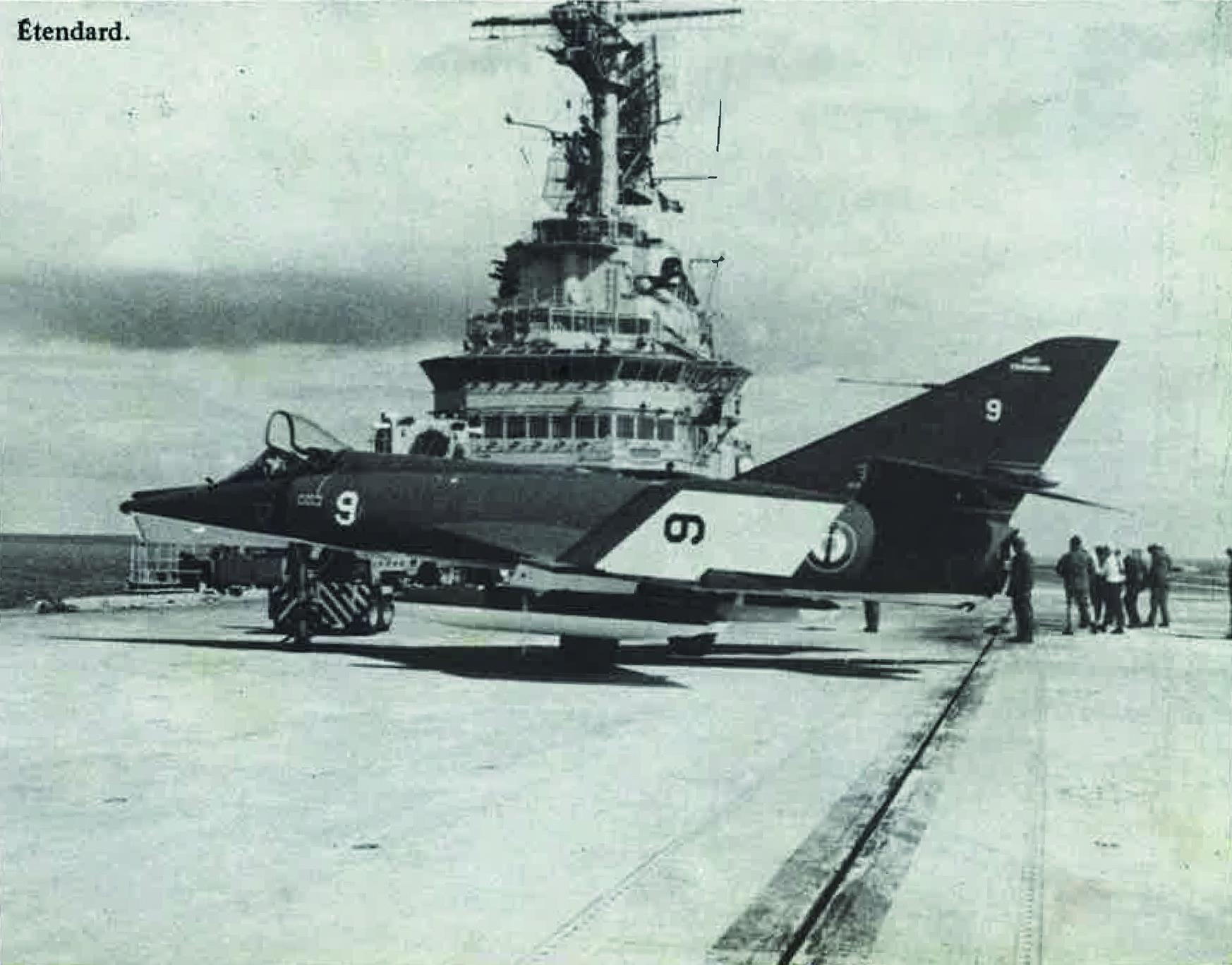 Un avion Étendard sur le pont du Foch