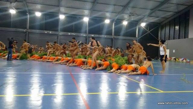 Le groupe de danse en catégorie Hura tau, fin prêt pour ce jeudi soir place To'ata.