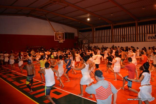 La troupe de Hitireva fin prête pour danser son thème samedi soir à To'ata.