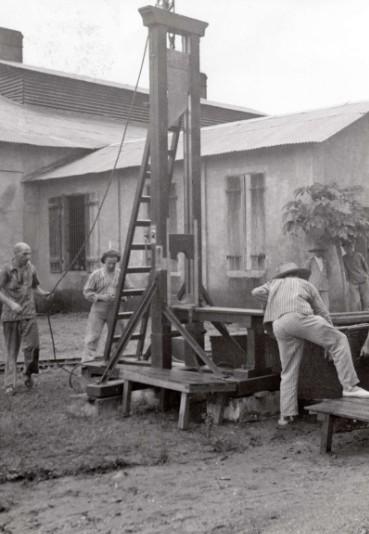 Les Rorique avaient été condamnés à finir sur la guillotine, mais la révélation de leurs origines belges et de leur passé héroïque leur valut les travaux forcés.