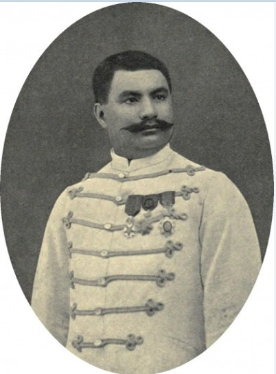 En grand uniforme, le prince Hinoï, propriétaire de la goélette où eut lieu de drame qui coûta la vie à sept personnes.
