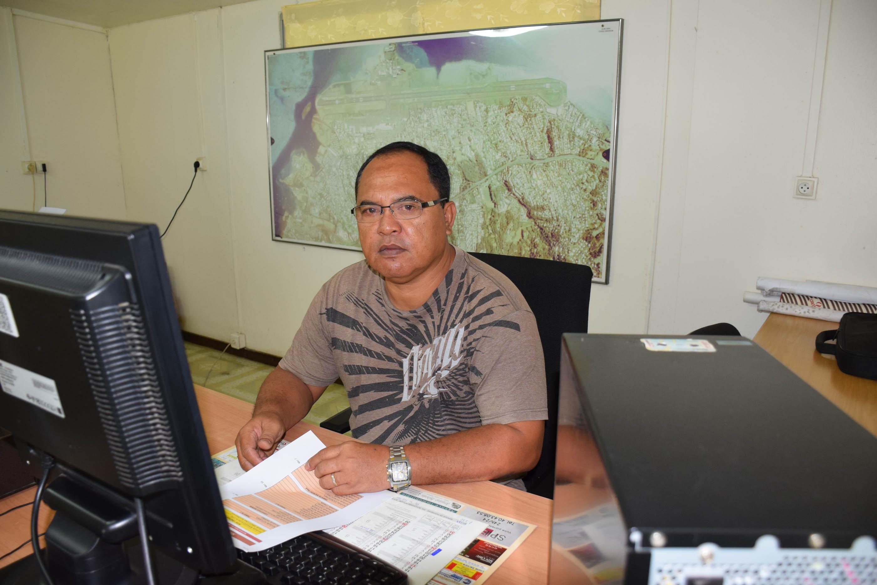 Calixte Ruahe, agent communal est en charge de la réception des administrés concernant les doléances pour les propositions de dénomination des voies.