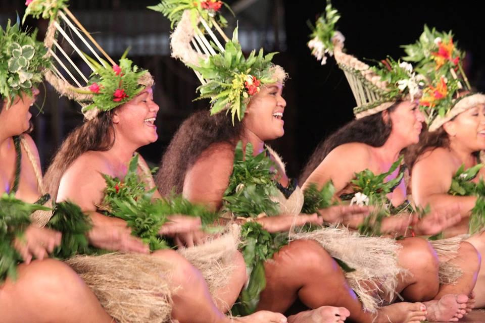 Les danseurs interprétant le thème La destinée de Maui né fœtus.