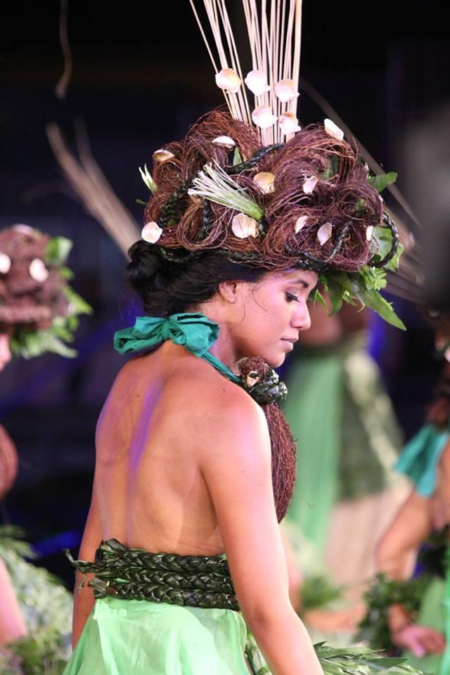 Une des magnifiques danseuses de Taiarapu Ouest dans son grand costume.