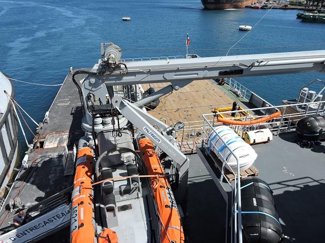 Le bateau est équipé de deux embarcations, qui peuvent, en mer calme, naviguer entre 35 et 40 nœuds. Pour faire fonctionner le bateau, deux équipages de 23 personnes se relaient tous les quatre mois.