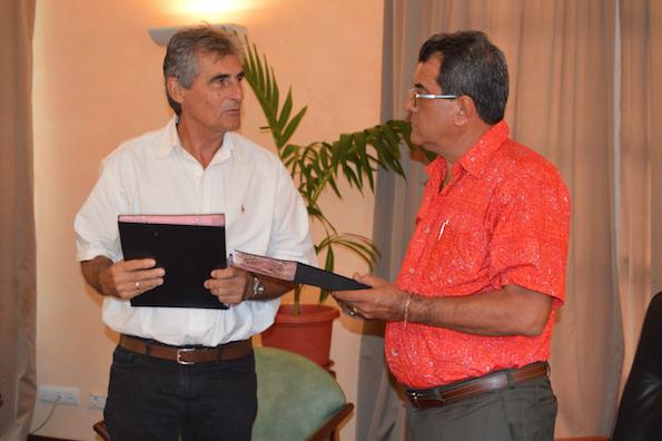 Le maire de Pirae, Edouard Fritch, a procédé ce mercredi après-midi à la signature d'une convention de partenariat pluriannuel liant la ville à l'Association Tahiti Va'a 2018, représentée par son Président, Jean Chicou.