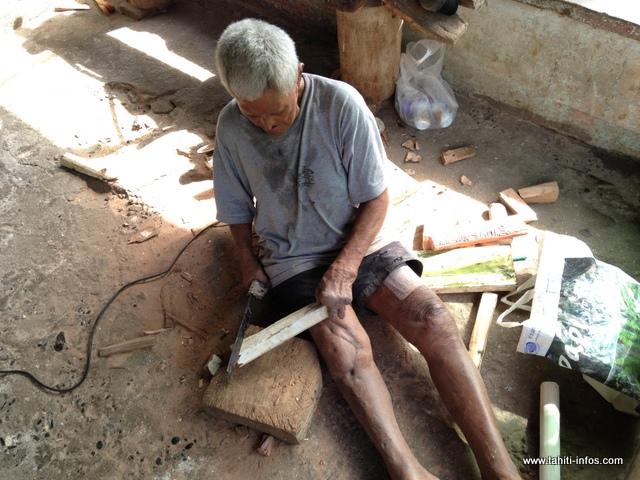 Teiki a intégré la léproserie à ses 12 ans. Avec sa compagne, atteinte également de la maladie, ils vivent de la sculpture.