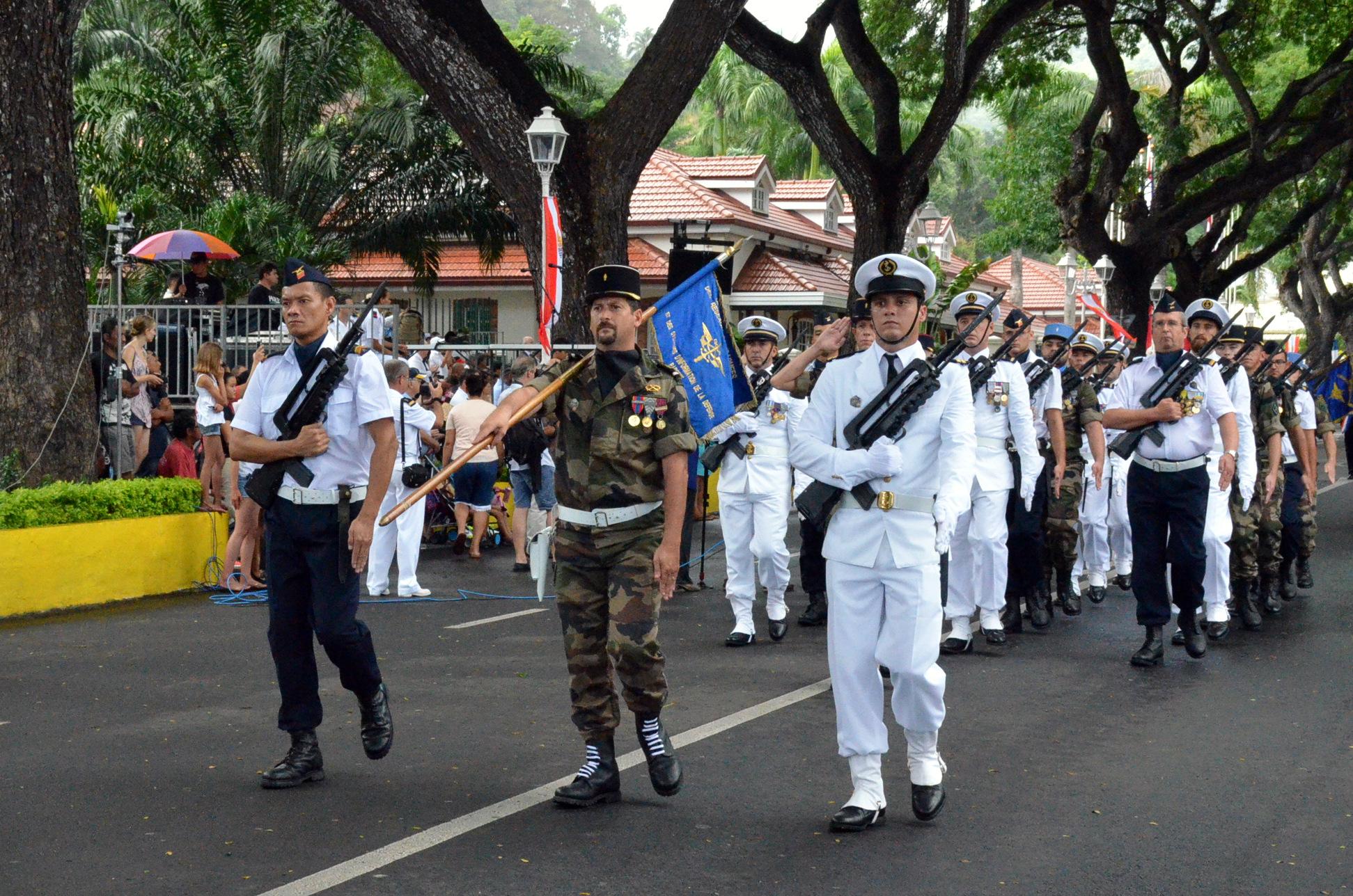 Un défilé du 14 juillet entre pluie et soleil
