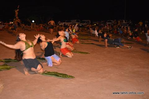 Les danseurs et danseuses du groupe de danse Toakura pendant leur hivinau.