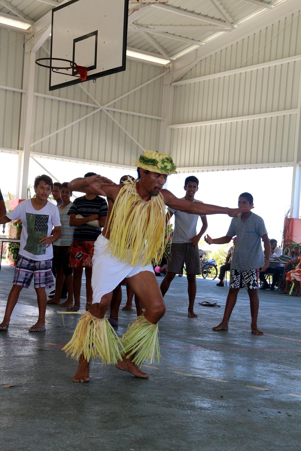 """Les garçons, eux, apprennent quelques pas de danse avec le chef de la troupe """"Tamariki Terunaga"""""""