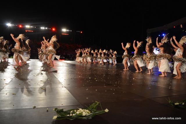 Les filles du groupe de danse Ahutoru Nui dans leur tissu en tapa.