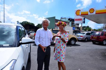 Albert Moux,P-dg de Shel-Pacific, remet les clefs de la voiture à la gagnante, Diana Salmon
