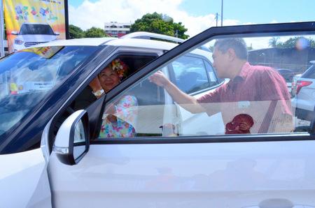 Diana Salmon découvre sa nouvelle voiture