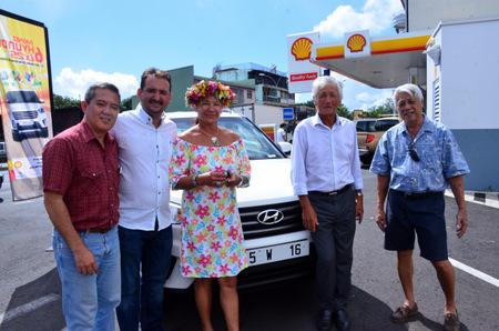 Hans Ata responsable réseaux des stations Shell, Teiki Vahine de Sopadep, Diana Salmon, Albert Moux Pdg de Shell,  Anthony Chalons gérant de la Station Pacific Hava'i de Raiatea