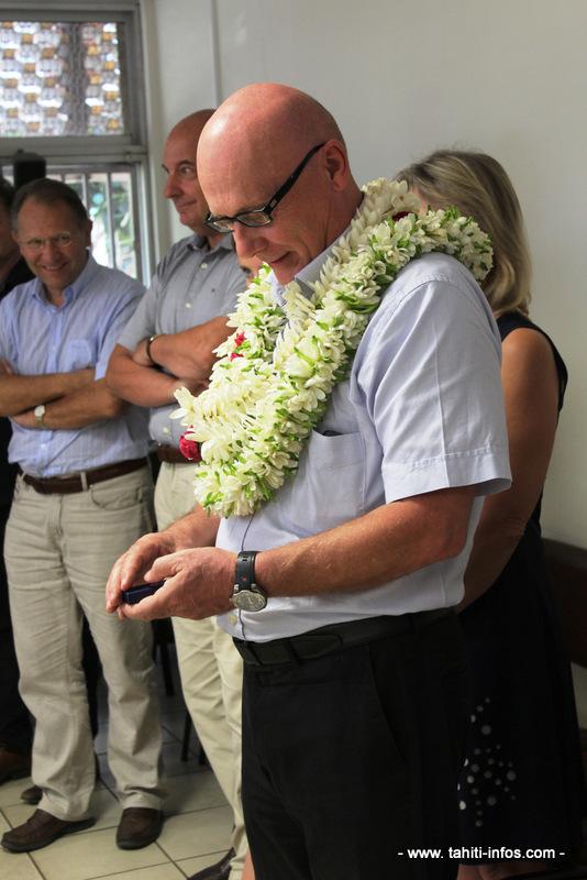 José Thorel tient dans ses mains la médaille qu'il va remettre à sa secrétaire.