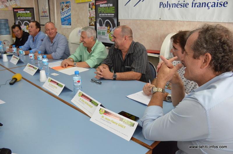 Les dirigeants des concessions automobiles locales, lundi lors de la présentation de l'Opération véhicule propre.