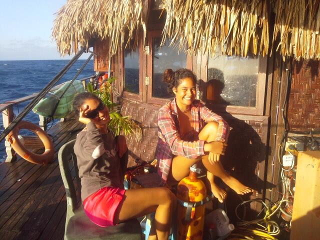 Teiki Pambrun installe sa pirogue Hitiura 2 à Huahine