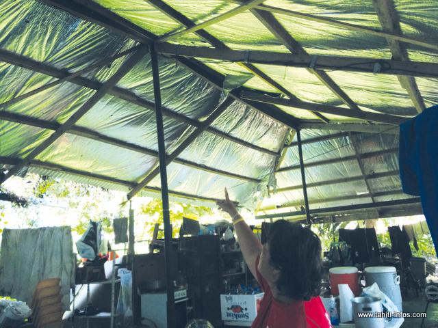 Sidonie et son mari envisagent de supprimer une partie de leur toiture pour éviter que d'autres dégâts ne surviennent en cas de crue de la rivière.