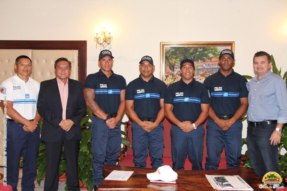 Les nouveaux policiers municipaux ont été présentés aujourd'hui au maire de la ville. (Crédit photos : Ville de Papeete)