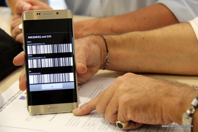 Un précieux numéro à toujours avoir sur soi, le code IMEI de l'appareil. Pour l'obtenir, tapez *#06# sur votre clavier. Seul ce code permettra à l'opérateur de bloquer le téléphone à la source une fois la plainte déposée.
