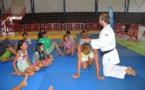 Ugo Legrand initie les enfants de Faaa à la pratique du judo
