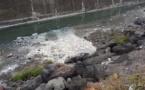 Du produit blanchâtre dans le cours d'eau de la digue