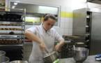 Manon Vaurs, prétendante au titre de meilleur pâtissier de Polynésie