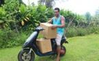 De Tautira à Papeete, Moïse livre ses œufs bio en scooter