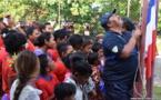 17 enfants de Maiao en attente d'un bateau pour aller à l'école