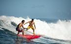 Bixente Lizarazu et son frère Peyo surfent la vague tahitienne