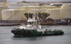 Un cargo portugais remorqué vers le port de Papeete