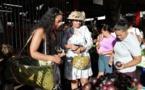 Nana sac plastique fait ses courses au marché de Papeete