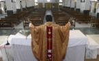Seul dans son église, le curé célèbre la messe... connecté à ses fidèles