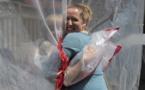 """Au Canada, un """"gant à câlin"""" pour enlacer les siens malgré le virus"""