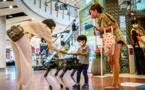 Bangkok: un chien-robot distribue du gel pour les mains dans un centre commercial