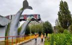 Pays-Bas: Un métro qui déraille s'échoue sur une sculpture de cétacé