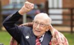 """Décès de """"Captain"""" Tom Moore, le vétéran de tous les records adulé des Britanniques"""