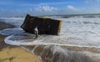 Sri Lanka: une plage polluée par des tonnes de plastique provenant d'un navire en feu